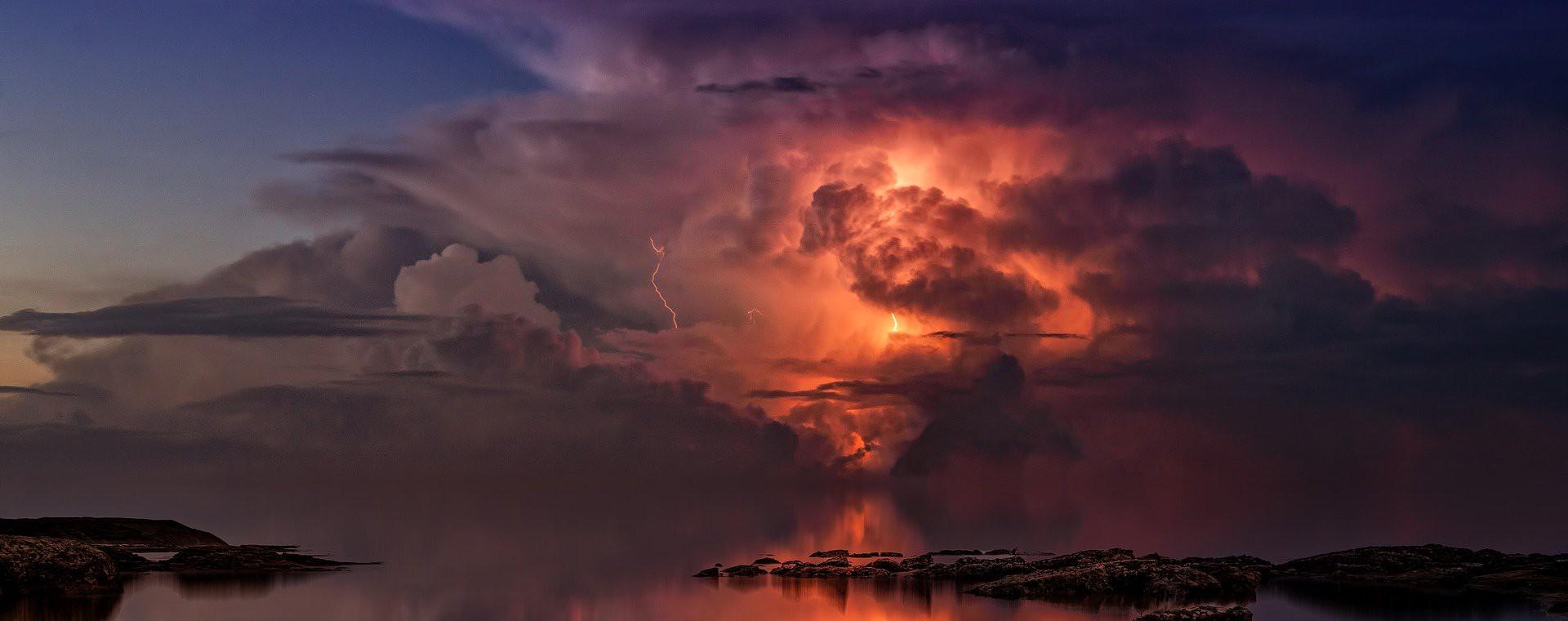 Wie kann Blitzschlag Brände oder sonstige Sachschäden verursachen?